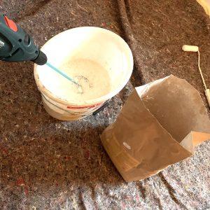 Lehmfarbe im Farbeimer wird mit Bohraufsatz angerührt
