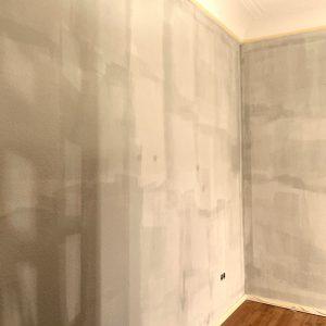 Wand direkt nach dem Anstrich mit der Lehmfarbe