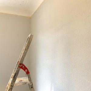 trockene Wand nach dem Anstrich mit Lehmfarbe