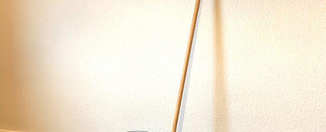 Emaille-Putzeimer und Besen vor einer mit Lehmfarbe gestrichenen Wand