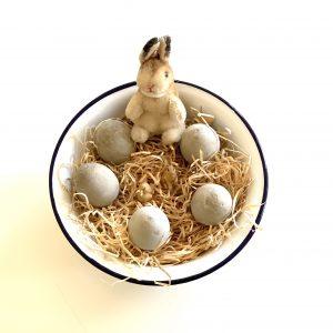 Osternest mit Beton-Eiern und Stoffhase